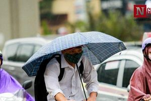 'Cơn mưa vàng' xua tan chuỗi ngày nắng nóng Hà Nội