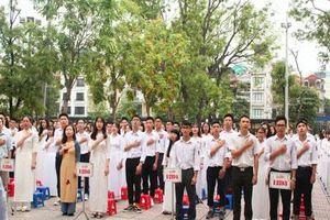 Những khoảnh khắc khó quên trong lễ chào cờ cuối cùng của học sinh khối 12 Yên Hòa
