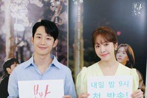 'Spring Night': Jung Hae In là bố đơn thân, không gọi Han Ji Min là 'noona' dù chênh lệch 6 tuổi