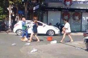Chủ shop quần áo tấn công chị lao công giữa phố đã phải xin lỗi