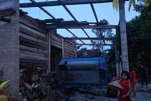 Hà Tĩnh: Mưa như trút kèm lốc xoáy làm hàng chục ngôi nhà bị tốc mái