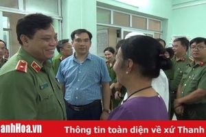 Thiếu tướng Nguyễn Hải Trung, Giám đốc Công an tỉnh thăm, tặng quà cho CBCS bị thương khi làm nhiệm vụ