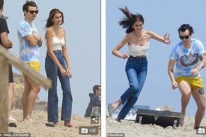 Con gái Cindy Crawford và 'tình cũ' Taylor Swift nô đùa trên bãi biển
