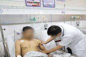 Nam thanh niên chấn thương ngực nặng do va chạm với hòn gạch