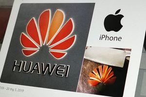 Nhà ngoại giao TQ tweet ủng hộ Huawei bằng iPhone gây xôn xao