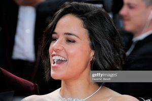 Sao 'Fast & Furious' bị la ó vì nhai kẹo cao su trên thảm đỏ Cannes
