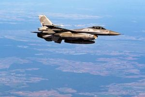 Phi công nhảy dù khỏi F-16 của Không quân Mỹ sắp đâm vào nhà kho