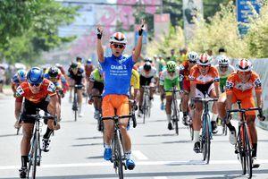 Giải xe đạp Về Nông Thôn: Văn Bình bảo vệ áo xanh trước sự tấn công của Duy Nhân