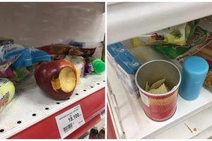Phát hãi với hình ảnh khách thản nhiên bóc đồ ăn tại siêu thị Auchan sắp đóng cửa