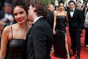 Cậu cả nhà Beckham đắm đuối bạn gái hơn tuổi trên thảm đỏ Cannes