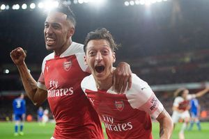 Arsenal cảnh báo 'nóng', Aubameyang và Ozil bị bán tháo