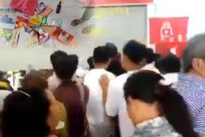 Clip đám đông ập vào siêu thị Auchan giành hàng giảm giá 50%, hất đồ rơi tứ tung