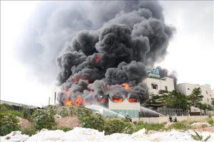 Đã khống chế được vụ cháy tại công ty sản xuất băng keo ở Bình Dương
