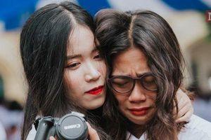 Đẫm nước mắt trong lễ bế giảng THPT Chu Văn An, Hà Nội: Khóc cho ngày chia tay để mạnh mẽ bước vào đời