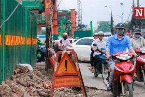 Tuyến đường tràn ngập rác thải gây nguy hiểm cho người tham gia giao thông