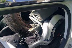 Tài xế may mắn thoát chết khi bị lốp xe lạc bay thẳng về phía ô tô, vỡ nát kính
