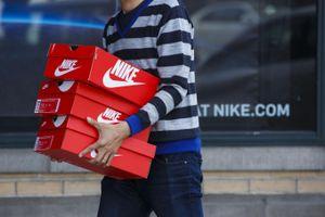 Nike và Adidas kêu gọi TT Donald Trump 'chấm dứt chiến tranh'