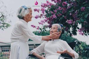 Khoe sắc trăm tuổi cùng với sắc tím bằng lăng, hai cụ bà khiến dân mạng nghen tị