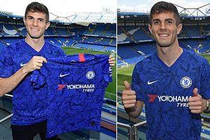 Christian Pulisic chụp ảnh với áo đấu, chính thức ra mắt Chelsea