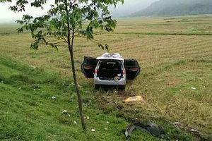 Xe chở hài cốt liệt sĩ tông gãy 4 cột mốc rồi lao xuống ruộng ở Hà Tĩnh