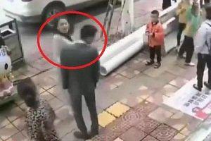 Clip: Bị bạn gái tát 52 cái giữa phố, chàng trai phản ứng cực khó tin