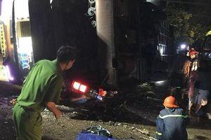 Đồng Nai: Kinh hoàng xe khách đang chạy bất ngờ lật ngang đè trúng xe máy, 19 người thương vong