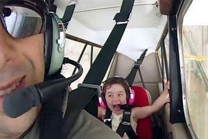 Bé gái 4 tuổi cười sảng khoái khi ngồi máy bay nhào lộn trên không
