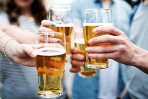 Vì sao điều luật cấm quảng cáo, bán rượu bia trên mạng bị 'đẩy ra'?