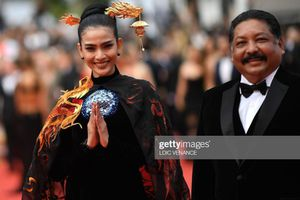 Trương Thị May mặc áo dài trên thảm đỏ Cannes, bị nhầm là siêu mẫu Nga