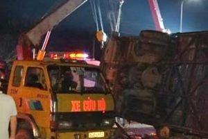 Xe khách nổ lốp lật trên đường, 1 phụ nữ và 1 trẻ em tử vong