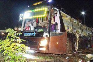 Xe khách giường nằm lật, đè chết và bị thương 19 người