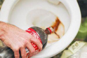 Tẩy rửa bồn cầu sạch bong với loại nước thần thánh mọi người vẫn uống