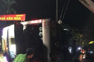 Hiện trường kinh hoàng vụ lật xe khách trong đêm khiến 19 người thương vong tại Đồng Nai