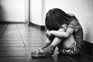 Mẹ chết lặng nghe con gái 4 tuổi kể bị hàng xóm xâm hại rồi cho 4 nghìn đồng mua kẹo
