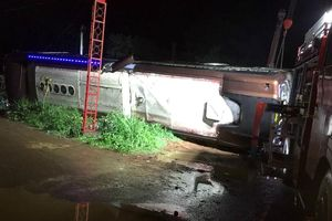 Xe khách lật trong đêm, bé gái 2 tuổi tử vong cùng mẹ, 17 người bị thương