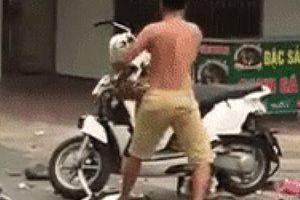 Chồng mang xe máy của vợ ra giữa đường vừa đập vừa uất ức hét lớn: 'Hát hò này, vui chơi này, vui không, vui không'