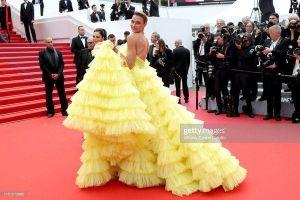 Siêu mẫu Brazil tụt váy xém lộ ngực và màn xử lý vụng về trên thảm đỏ Cannes