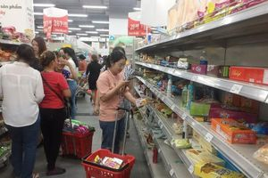Khách hàng tranh nhau mua hàng giảm giá tại chuỗi siêu thị Auchan sắp đóng cửa