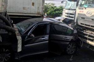 TPHCM: Honda City nát bét sau va chạm với xe bồn