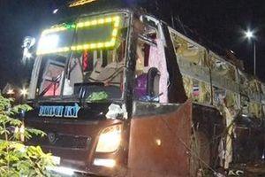 Xe khách lật đè 2 mẹ con đi xe máy tử vong, 17 người bị thương