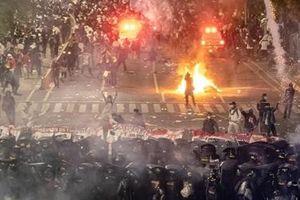 Người biểu tình đốt đồn cảnh sát, Indonesia điều thêm binh sĩ đến Jakarta