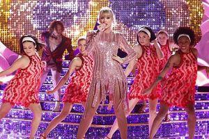 Taylor Swift xuất hiện với 'cánh bướm khổng lồ' trong The Voice finale