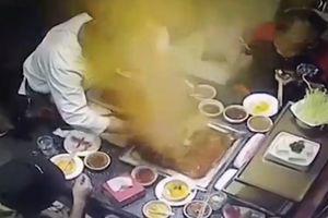 Nồi lẩu đang sôi bất ngờ phát nổ tại nhà hàng Trung Quốc