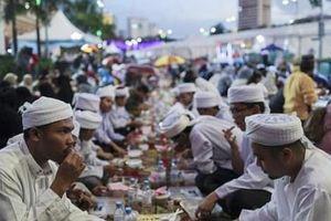 Quan chức Malaysia cải trang bắt người Hồi giáo trong tháng linh thiêng