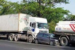 3 người kêu cứu trong 'xế hộp' biến dạng trên đường Nguyễn Văn Linh