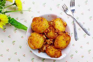 Mát trời làm khoai tây xóc muối ớt cay cay chị em nào cũng mê