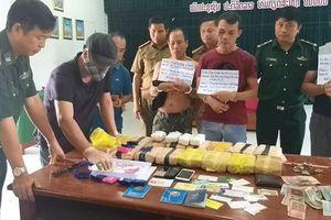 Phục kích, bắt nhóm đối tượng sắp 'tuồn' 100.000 viên ma túy vào Việt Nam