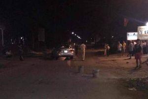 Ô tô húc xe máy chở 4 cháu nhỏ trong đêm, 5 người bị thương