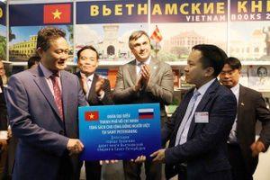 TP Hồ Chí Minh trao tặng sách cho cộng đồng người Việt tại Saint Petersburg
