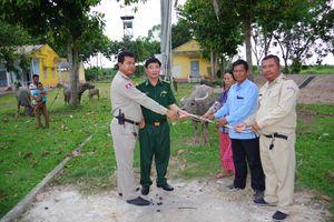 Trao trả 14 con trâu, bò bị mất trộm cho người dân Campuchia